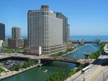 Rivier van Chicago, die het Oosten de kijkt Stock Afbeeldingen
