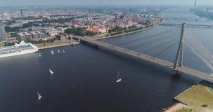 Rivier van de brugdugava van Riga de stad de kabel-gebleven en van de de stadshommel van IL veerboot van het de Vluchtjacht stock footage