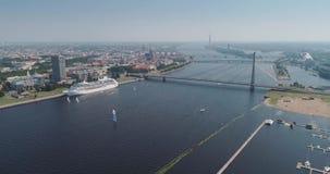 Rivier van de brugdugava van Riga de stad de kabel-gebleven en van de de stadshommel van IL veerboot van het de Vluchtjacht stock video