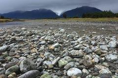Rivier van de gletsjer van de Vos met rotsvoorgrond Stock Afbeeldingen
