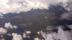 Rivier van een vliegtuig op een bewolkte dag wordt gezien die stock videobeelden