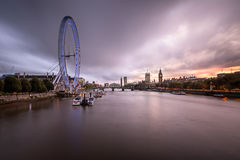 Rivier van Londen van Theems, Westminster Paleis en Horizon in Eveni Stock Foto