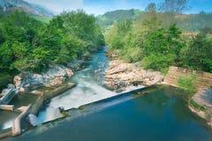Rivier van Puente Viesgo in Cantabrië Royalty-vrije Stock Afbeelding