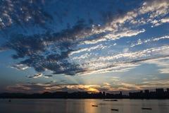 Rivier van zonsondergang de nabijgelegen Qiantang Stock Afbeeldingen
