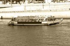 Rivier vervoer: boot Royalty-vrije Stock Foto's