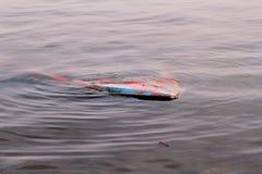 Rivier vissersboot in de rivier is gedaald die Gedaalde boot in vuil water Uitstekende oude kleurrijke houten die boot in de have Stock Afbeeldingen