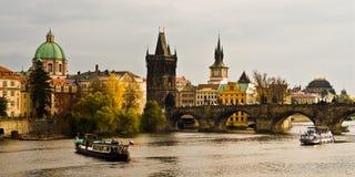 Rivier Vltava en Charles Bride in Praag. Royalty-vrije Stock Fotografie