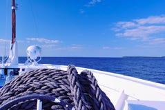 Rivier (Volga, Rusland) van de Boeg van een Cruisevoering die wordt gezien Royalty-vrije Stock Foto's