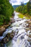 rivier in Yaremche Stock Afbeeldingen