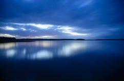 Rivier in zonsondergang Royalty-vrije Stock Foto's