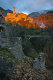 Riviera francesa, paisaje Pre-alpino: pueblo medieval en la puesta del sol Imagen de archivo libre de regalías