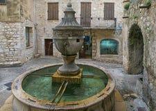 Riviera francesa, Santo-Paul-de-Vence village, fuente medieval Foto de archivo libre de regalías