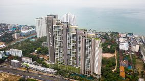 Riviera Wongamat Hong Apartment, Pattaya, Thailand Belangrijkst Pattaya-Baaistandpunt van boven zonnige dag luchtmening video stock video