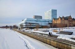 Rivierbank met de nieuwe bouw van bibliotheek in Umeå, Zweden stock afbeelding