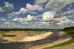 Rivierbed voor de bouw van dam wordt veranderd die royalty-vrije stock afbeeldingen
