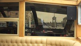 Rivierboot die de brug naderen stock videobeelden