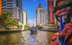 Rivierboot die passagiers en toerist onderaan Chao Praya-rivier vervoeren Stock Foto's