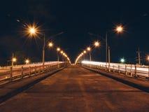 Rivierbrug bij nacht Royalty-vrije Stock Foto