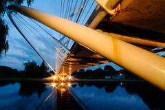 Rivierbrug bij Schemer Stock Afbeelding
