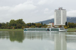 Riviercruise op de Donau, in de haven van Linz stock fotografie