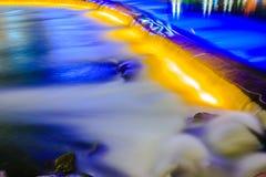 Rivierdalingen bij nacht stock afbeelding