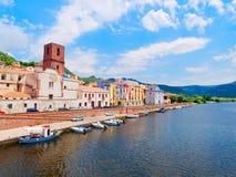 Rivierdijk in de stad van Bosa met kleurrijke, typische Italiaanse huizen provincie van Oristano, Sardinige, Italië royalty-vrije stock afbeelding