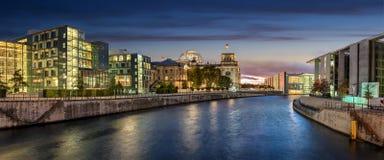 Rivierfuif en Reichstag in Berlijn, Duitsland Stock Fotografie