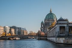 Rivierfuif met brug en Berlin Cathedral door blauwe hemel royalty-vrije stock afbeelding