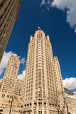 Riviergang met stedelijke wolkenkrabbers in Chicago, Verenigde Staten Stock Foto