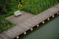 Riviergang in tuin door de baai Royalty-vrije Stock Afbeeldingen
