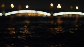 Riviergolven bij nachtstad Heilige Petersburg stock footage