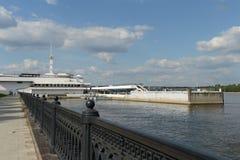 Rivierhaven op de Volga rivier Stock Foto's