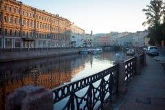 Rivierkanaal met het stijgen Seagullin heilige-Petersburg De lente stock afbeelding