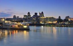Rivierkant in Theems in Londen Stock Afbeeldingen