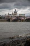 Rivierkant van Tijden met mening over St Paulkathedraal Stock Foto's