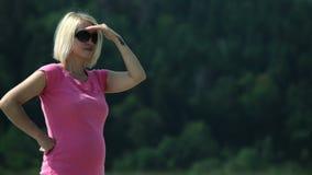 Rivierkust met een zwangere vrouw stock videobeelden