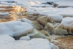 Rivierlandschap met sneeuw en ijs Stock Foto's