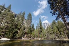 Rivierlandschap in Yosemite stock afbeelding