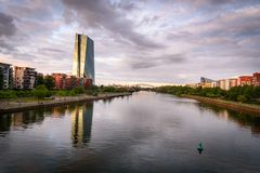 Rivierleiding Frankfurt Duitsland stock fotografie