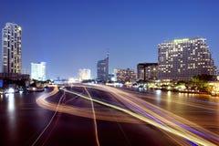 Riviermening met de lichten, de boten en de moderne gebouwen Stock Foto's