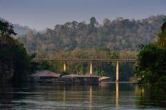 Riviermening met vlothuis op Rivier Kwai in Kanchanaburi stock fotografie
