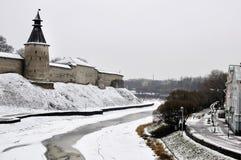 Riviermening over Pskov het Kremlin, Krom in de wintertijd stock foto