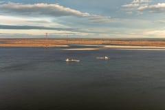 Riviernavigatie in Yakutia Autumn Landscape stock foto