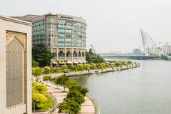 Rivieroever en gebouwen in Putrajaya Stock Fotografie