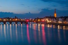 Rivieroever 's nachts in Maastricht, Nederland Royalty-vrije Stock Fotografie