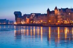 Rivieroever van oude stad in Gdansk bij schemer Stock Afbeeldingen