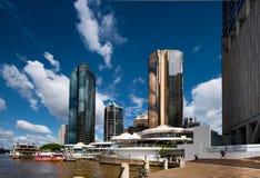 Rivieroevergebouwen in Brisbane Stock Afbeeldingen