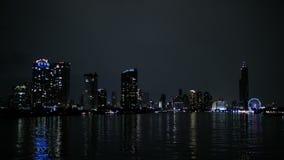 Rivieroevergebouwen in stad bij nacht stock video