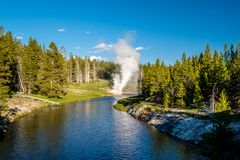 Rivieroevergeiser in het Nationale Park van Yellowstone Stock Foto