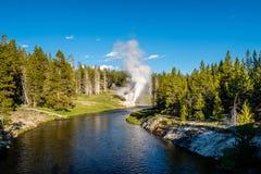 Rivieroevergeiser in het Nationale Park van Yellowstone Stock Afbeeldingen